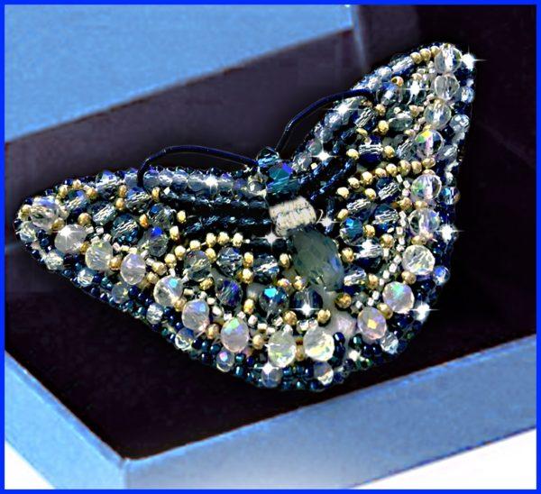 Образа в каменьях Брошь Бабочка Джинс 7,5х3,5см арт. 77-Б-17